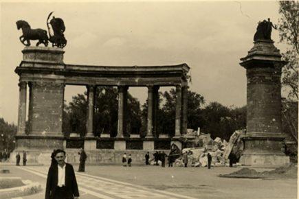 A Hősök terén álló lebombázott Millenniumi Emlékmű. Forrás: Nullaév /MNM Fotótár