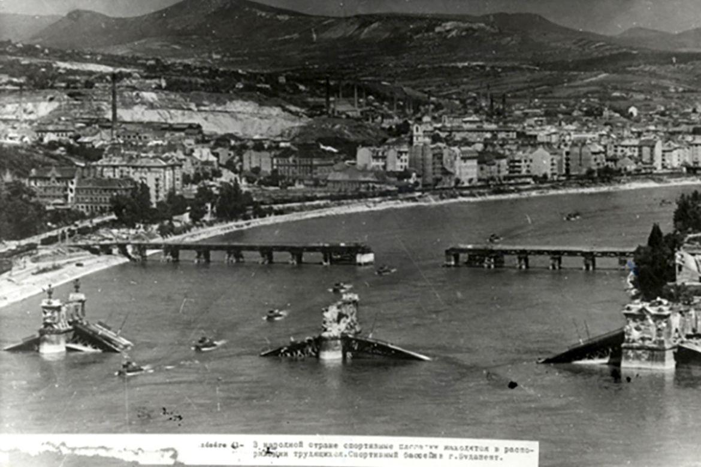 Előtérben a Dunába robbantott Margit híd, felette a félállandó pontonhíd, a Manci látható. Forrás: Nullaév / MNM Fotótár