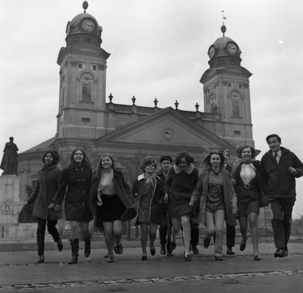 Fiatalok a debreceni Református Nagytemplom előtt 1970-ben. Forrás: Fortepan / Urbán Tamás