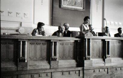 K. Kovács Péter: Dégh Linda beszédet tart a Magyar Néprajzi Társaság vándorgyűlésén két mesemondó társaságában. Forrás: Néprajzi Múzeum (jelzet: NM F 200087)