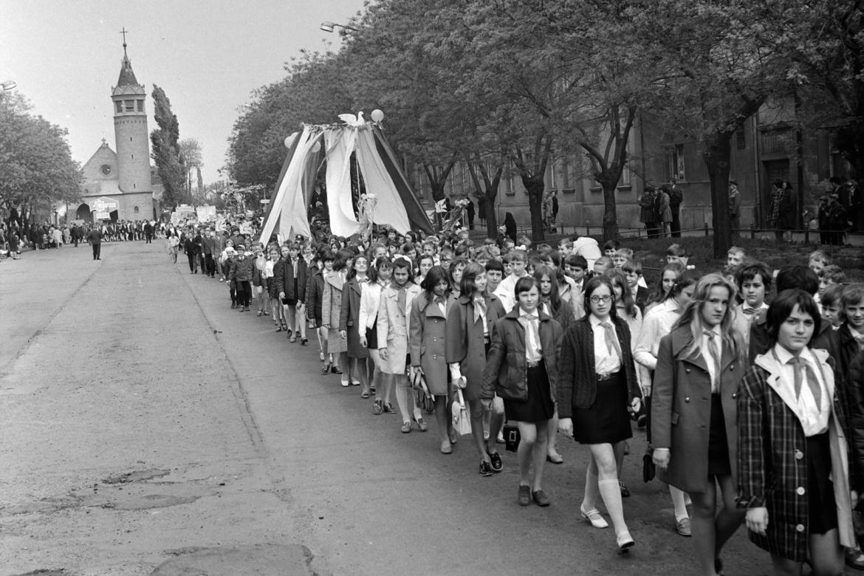 Május 1-ei felvonulás Monoron, 1972-ben. Háttérben az evangélikus templom. Forrás: Fortepan / Péterffy István