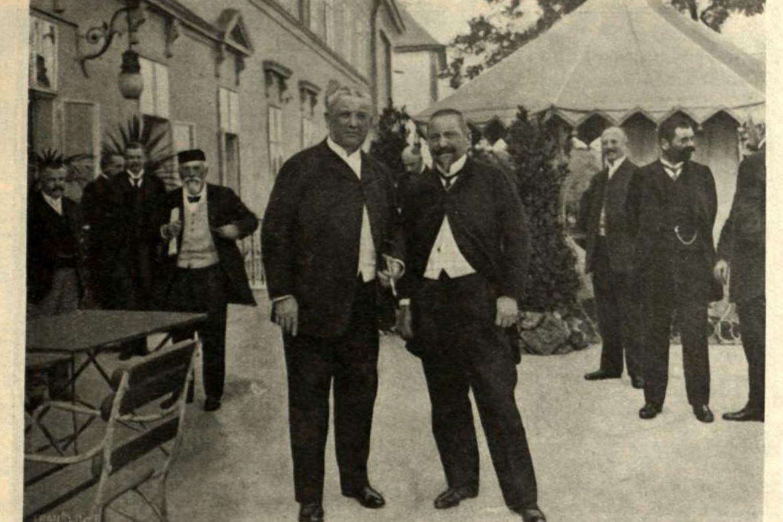 Wekerle Sándor és Witold von Korytowski osztrák pénzügyminiszter a Sándor palota teraszán 1907 októberében. Forrás: Vasárnapi Újság 42. szám, 1907. október 20. 836. o.