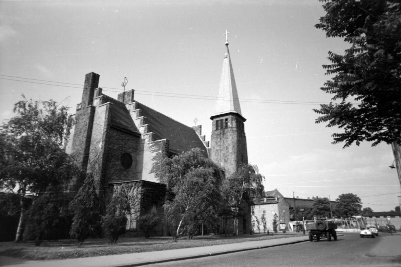 Az Óbudai Evangélikus Egyházközség temploma 1965-ben, még a ma körülötte levő panelházak építése előtt. Forrás: Fortepan / Album037