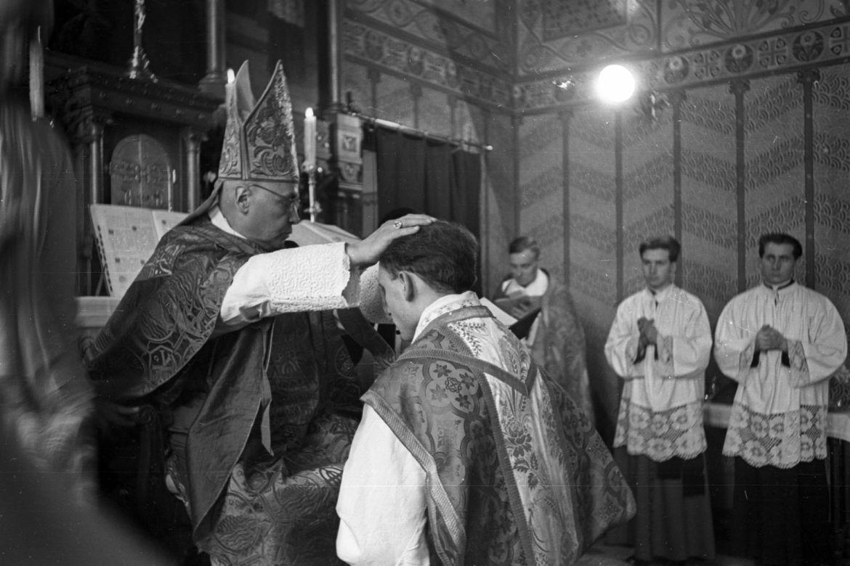 Katolikus papszentelés a győri Papnevelő Intézetben. Forrás: Fortepan / Hámori Gyula