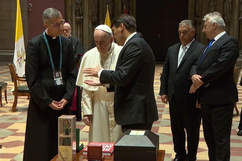 Ferenc pápa az ajándékok átvételekor. Forrás: Miniszterelnökség / Botár Gergely
