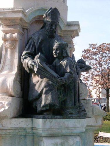 Szent Gellért és Imre herceg alakja a székesfehérvári Püspökkútnál. Forrás: Wikipedia