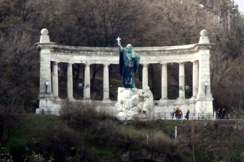 Szent Gellért szobra a Gellért-hegyen. Forrás: Wikipedia