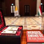 Magyar történelmi könyveket adtak át Ferenc pápának