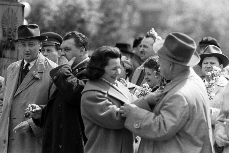 Május 1-jei felvonulás, Budapest, Dózsa György út, 1961. A bal szélen Biszku Béla. Forrás: Fortepan / Chuckyeager tumblr
