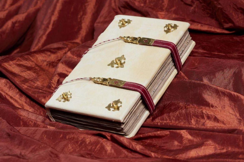 A Ferenc pápának adományozott díszmásolat. Forrás: Országos Széchényi Könyvtár honlapja