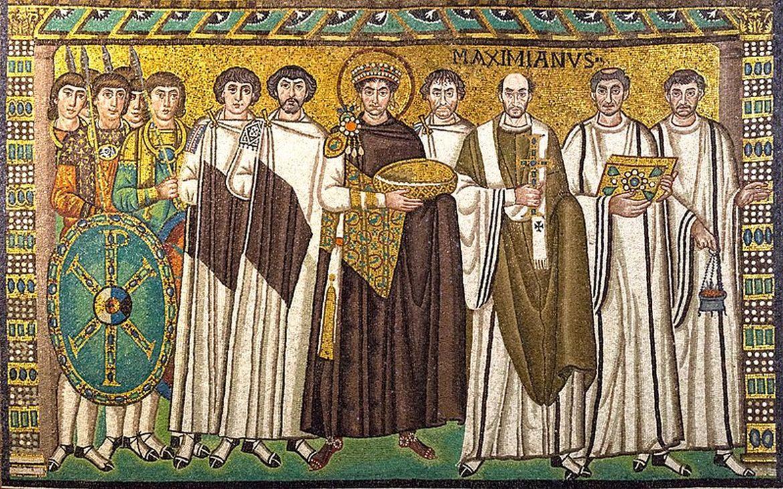 Jusztinianosz császár és kísérete a ravennai San Vitale-templom mozaikján, a VI. századból. Forrás: Wikipedia